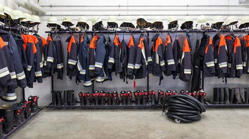 pompier-materiel-tuyau-incendie-gant-tenue-veste-bottes-vestiaire-casque