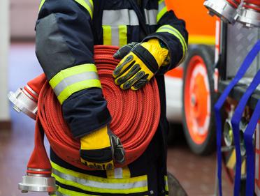 pompier-materiel-tuyau-incendie-gant-tenue-veste